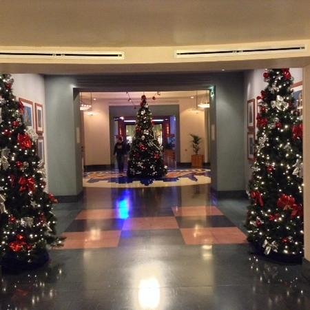 Disney's Hotel New York : corridoio che porta agli ascensori verso le camere