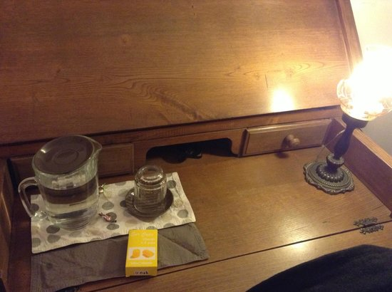 La Fuitina: Writing desk with complimentary ear plugs, candy and water