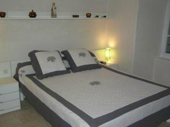 Le Mas de La Baou : Une chambre avec grand lit