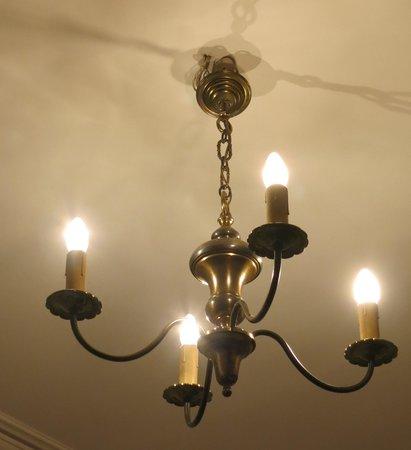 Normandy Hotel: シャンデリアの吊り下げに注目
