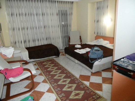 Sevi Classic Hotel : Ruime kamer, badkamer met goede douche