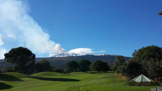 Il Picciolo Etna Golf Resort & Spa: Vista dell'Etna in eruzione