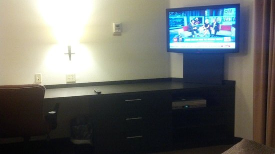 Candlewood Suites Cleveland North Olmstead: Desk and TV area, lots of dresser space, DVD/VHS player