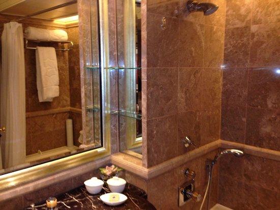 Island Shangri-La Hong Kong : Nice bathroom