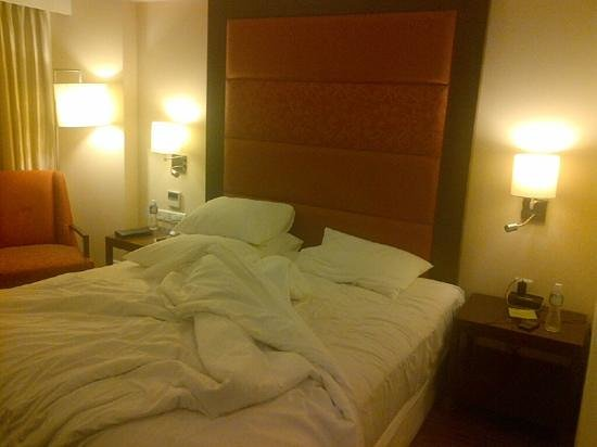 Four Points by Sheraton Ahmedabad: big bed