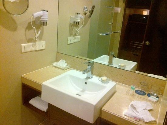Four Points by Sheraton Ahmedabad: bathroom
