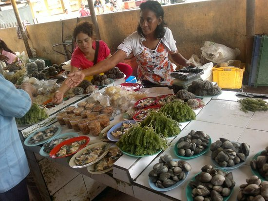Manja Hotel: Bajau selling seaweed in market