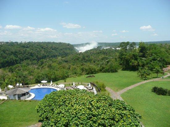 Sheraton Iguazú Resort & Spa: View from balcony to the gardens, pool and the falls