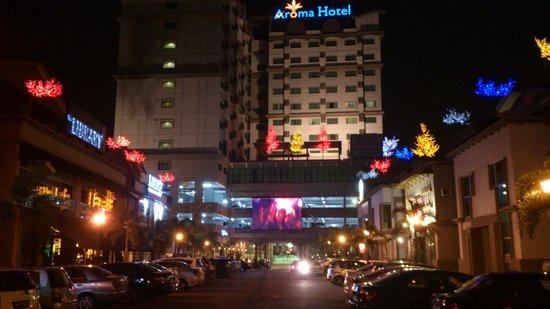 Aroma Hotel: Night scene