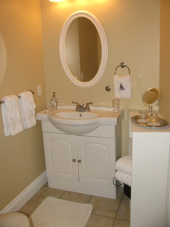 Edgewater B&B: Private semi-ensuite in each suite