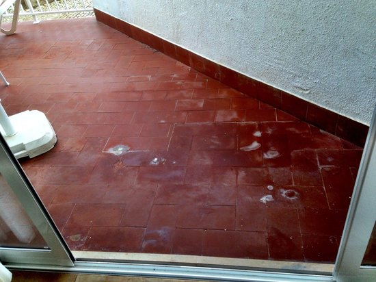 Muthu Clube Praia da Oura: Patio in need of renovation