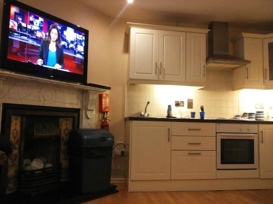 The Kingfisher Capel Street Apartments : Cucina e Tv