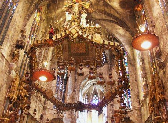 Palma Cathedral Le Seu : Żyrandol (korona cierniowa)w prezbiterium katedry