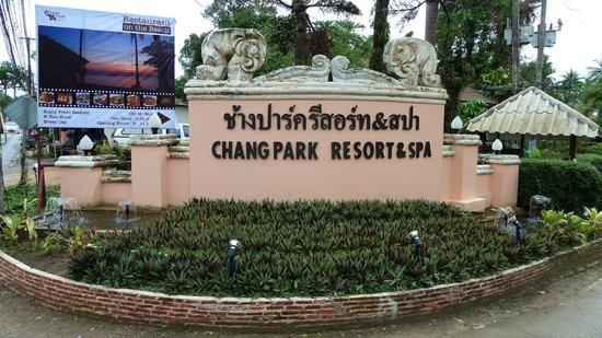 Chang Park Resort & Spa: Въезд в отель (вид с дороги)