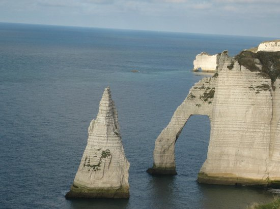Falaise d'Etretat: Левая меловая арка, в удалении видна правая арочка