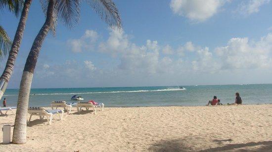 Cocoplum Beach Hotel: Playa del hotel