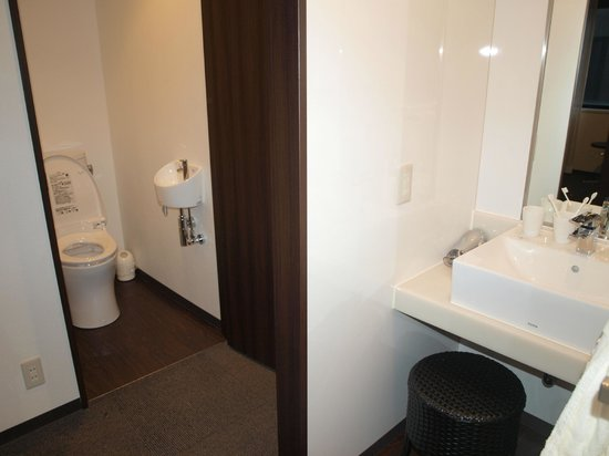 Midosuji Hotel : The shower and toilet are separated