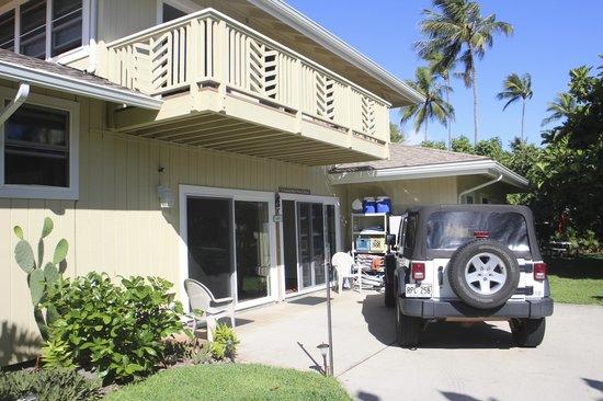 Hale 'Nalo Beach Rentals: cortile principale entrata
