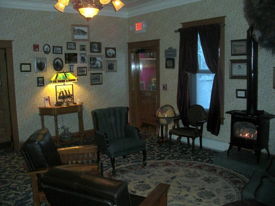 The Historic Elk Mountain Hotel and Restaurant: Fireplace in common room