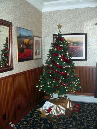 The Historic Elk Mountain Hotel and Restaurant : Christmas tree in Restaurant