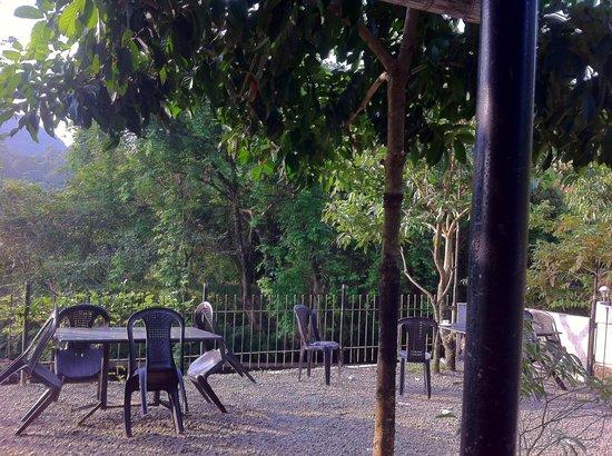 Bethania Resorts: River bank at the hotel backyard