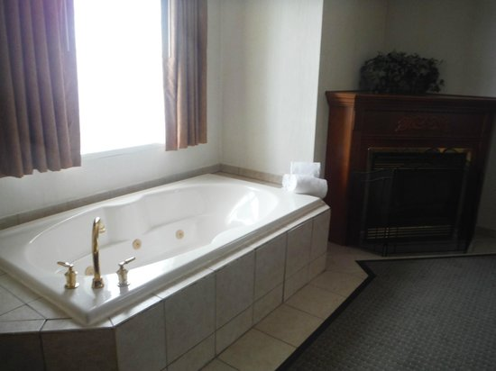 Host Inn All Suites Hotel: Jacuzzi and fireplace