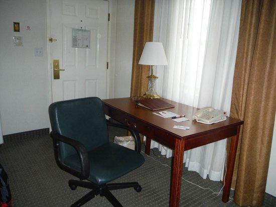 Host Inn All Suites Hotel: Desk in room