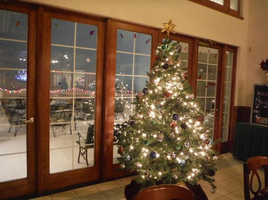 Host Inn All Suites Hotel: Christmas tree in dining area