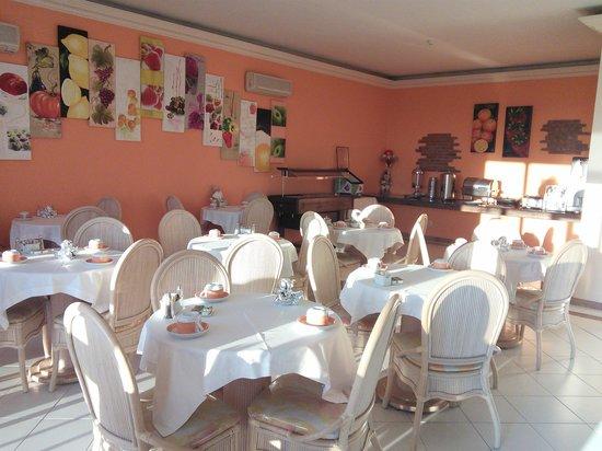 Frangaria Hospedaria: coffee machine in breakfast room