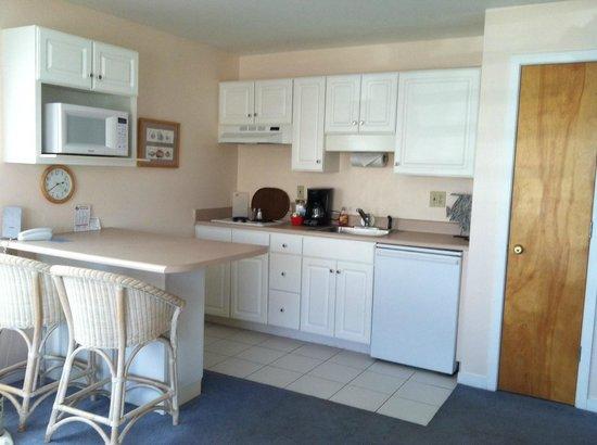 Sandpeddler Inn & Suites: Corner unit with kitchenette