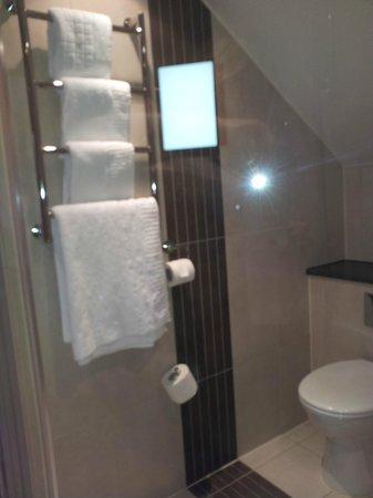 Gardens Hotel: Heated towel rail in bathroom