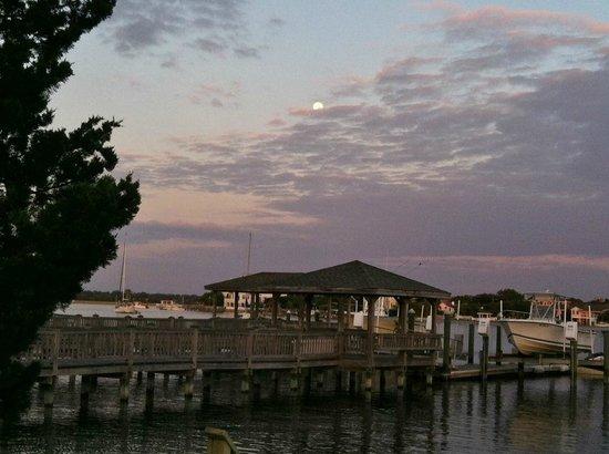 Sandpeddler Inn & Suites: Morning moon