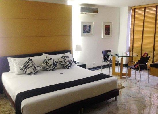 OfiHotel: Amplio espacio para habitación con acomodación doble. Limpia y espaciosa.