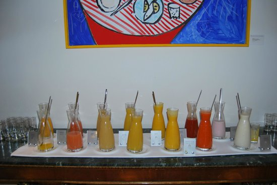 Hotel Adlon Kempinski: Many different juices at breakfast