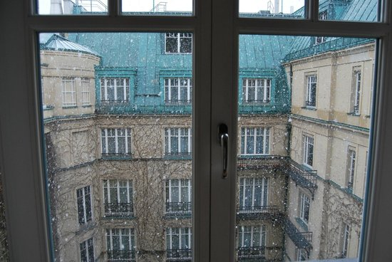 Hotel Adlon Kempinski : Inner courtyard view/snowing