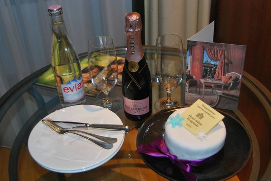 Hotel Adlon Kempinski: Complimentary birthday cake in room
