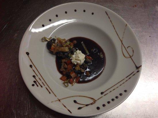 Auberge De Gevrieux : Escargot sauce vin rouge nuage de chèvre