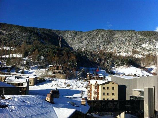 Hotel Del Pui: vista de la subida del telecabina desde la habitacion