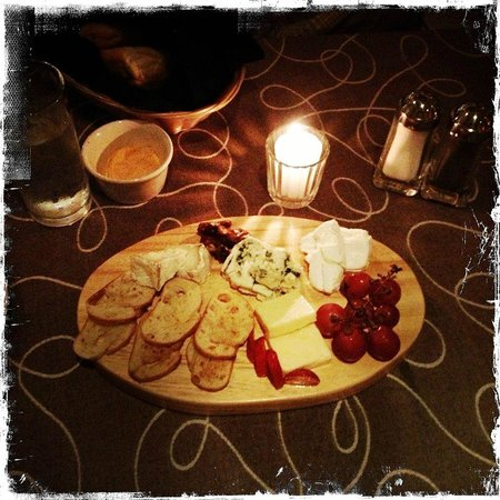 Bravos Restaurant Bar: beautiful cheese plate.