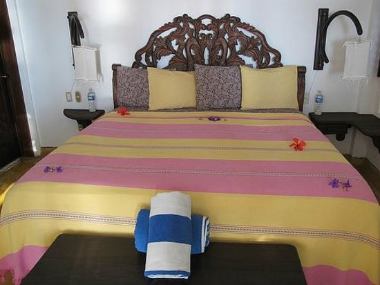 Hacienda Eden : Flowers on the bed :: Nice touch!