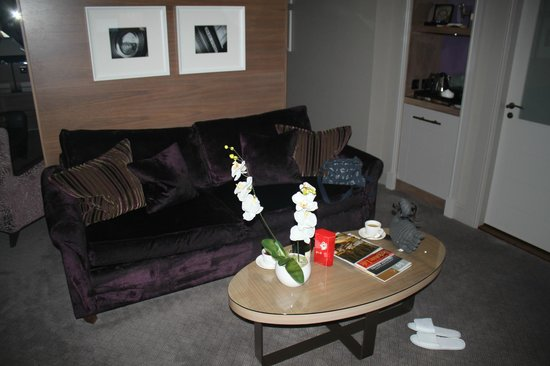 Macdonald Windsor Hotel: Lounge in suite