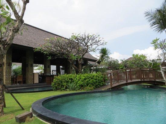 The Samaya Bali Seminyak: Courtyard restaurant and pool at The Samaya, Seminyak