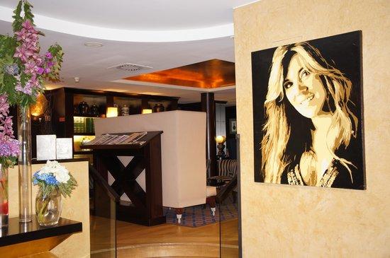 Sofitel Lisbon Liberdade : у входа в бар отеля