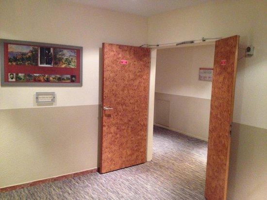 Aquabella Hotel: Terrible corridor fourth floor