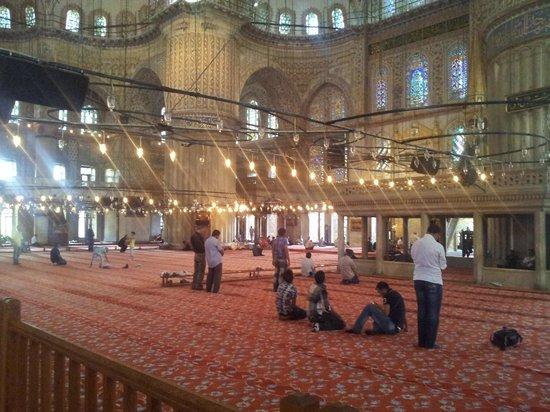 Blaue Moschee (Sultan-Ahmed-Moschee): Внутреннее убранство мечети (верующие уже прибыли для совершения намаза).