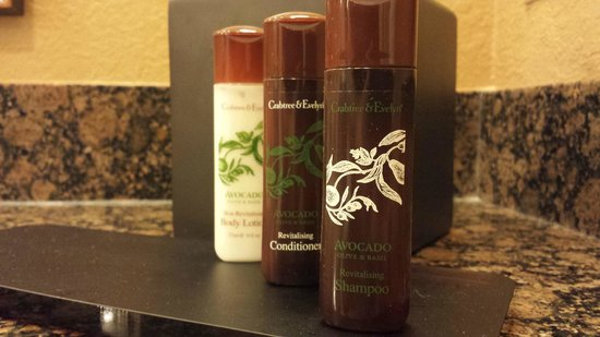Embassy Suites by Hilton Orlando Lake Buena Vista South: Type of toiletries they have in the rooms.