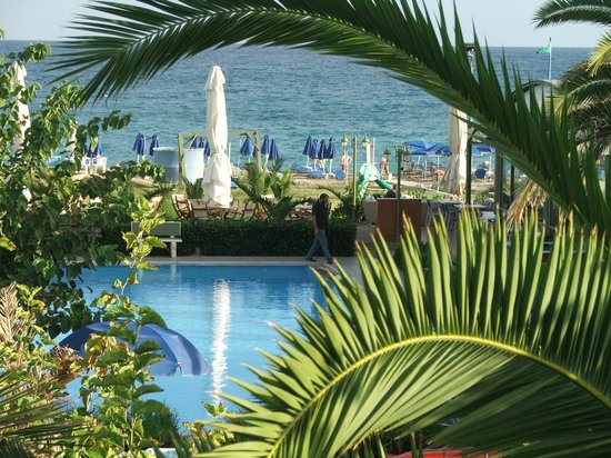 Marino's Beach Hotel Apartments: Вид с балкона на бассейн и море