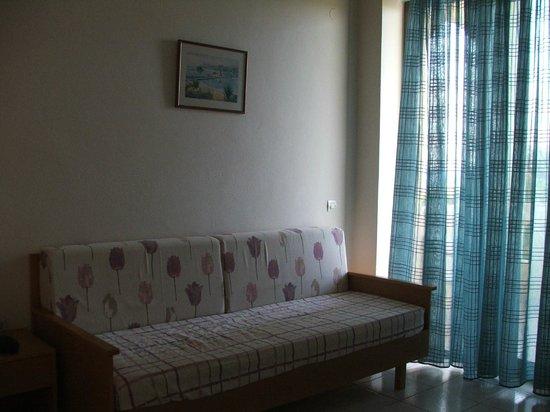 Marinos Beach Hotel Apartments : Гостиная, возможное спальное место