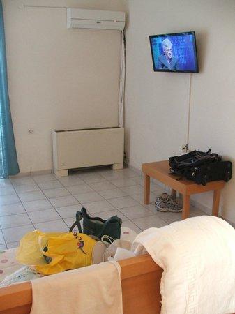 Marinos Beach Hotel Apartments : ТВ в гостинной