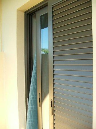 Marinos Beach Hotel Apartments : Раздвижные окно и жалюзи